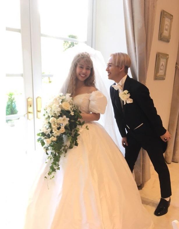 ぺこ、りゅうちぇるとの結婚式のこだわりは「アメリカンレトロ」 ドレスもデザイン