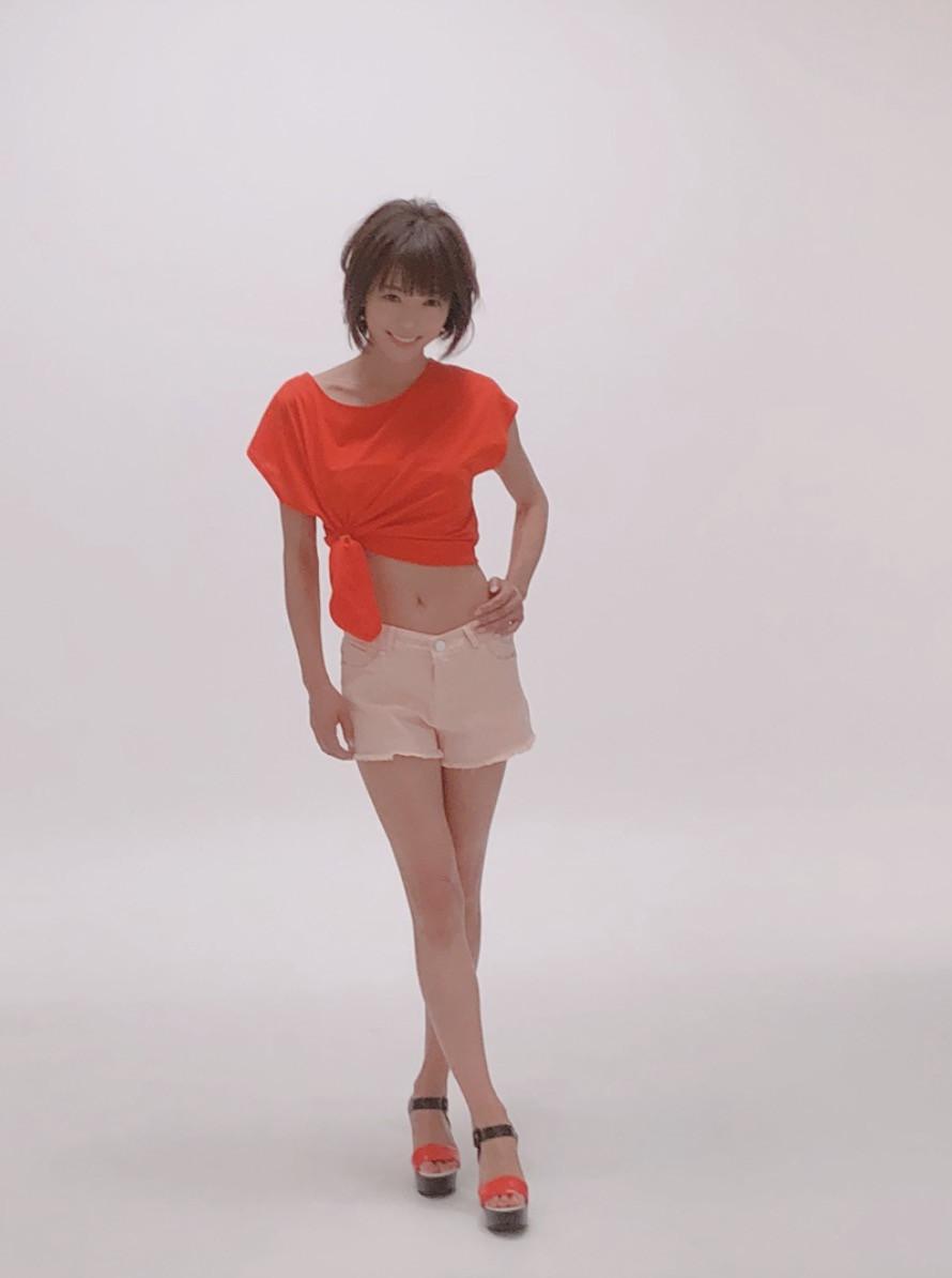 """釈由美子、へそ出しくびれの""""美ボディ""""披露に「細い!!」「いくつになっても綺麗」の声"""