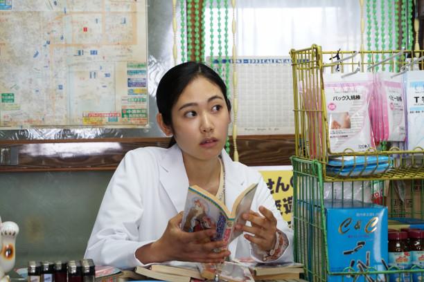 本を読んでいる阿部純子