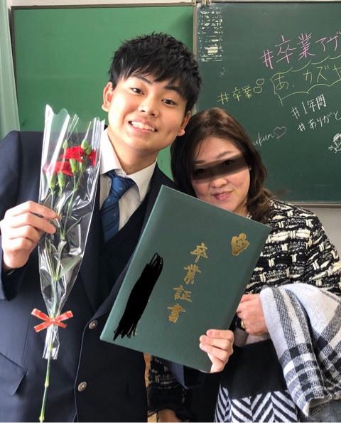 俳優・菅田将暉の父で経営コンサルタントの菅生新氏が1日、自身のアメブロを更新。三男の新樹(あらき)くんが高校を卒業したことを報告し、新樹くんが家族に送っ