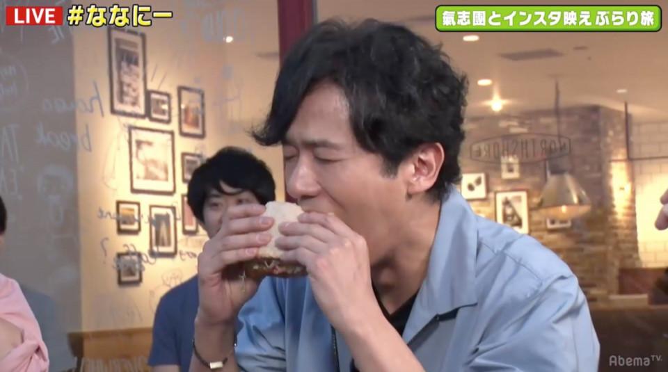 稲垣吾郎が人生初体験 インスタ映えサンドイッチに大口でかぶりつく