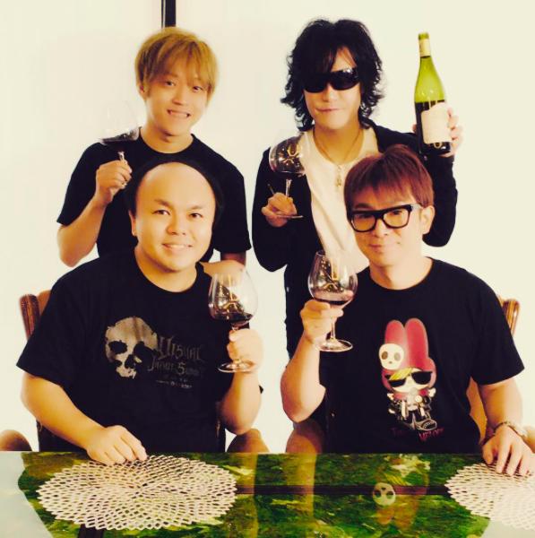 ワンワンニャンニャン菊地正志、CUTT、そしてX JAPANのToshlとの写真を公開した。濱口はかねてよりX  JAPANのファンを公言しており、Toshlとはプライベートでも親交が