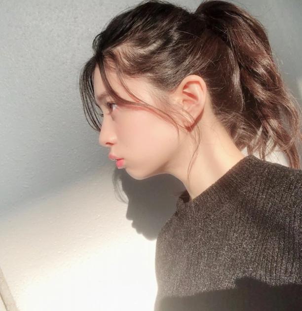 桜田ひより、横顔ポニーテール写...