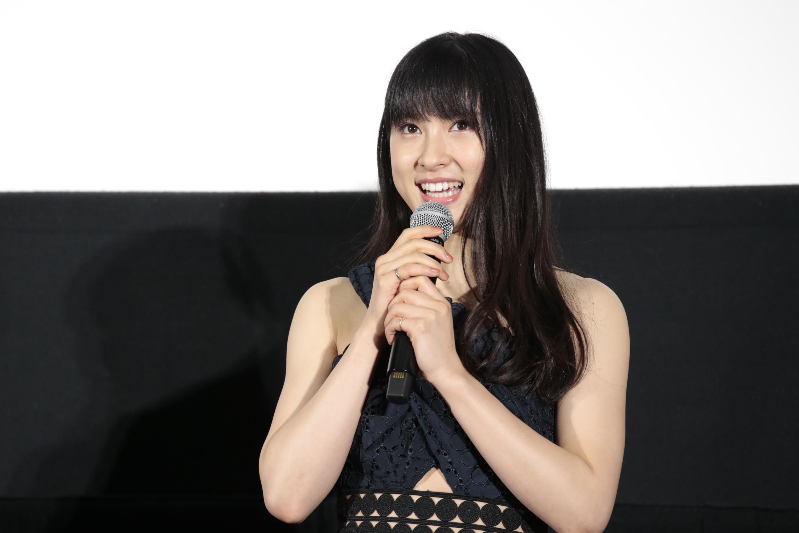 女優の土屋太鳳が3月6日、特注のデニムドレスを身につけての美しすぎる立ち姿を公開。その姿を見たネット上のファンからは、彼女の美貌とスタイルの良さを称賛する