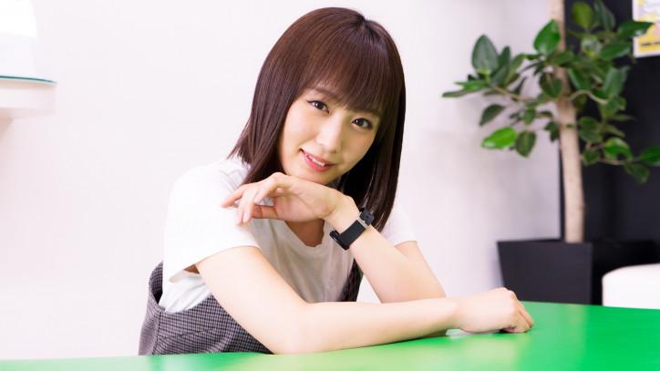 机に腕をつく鎌田菜月