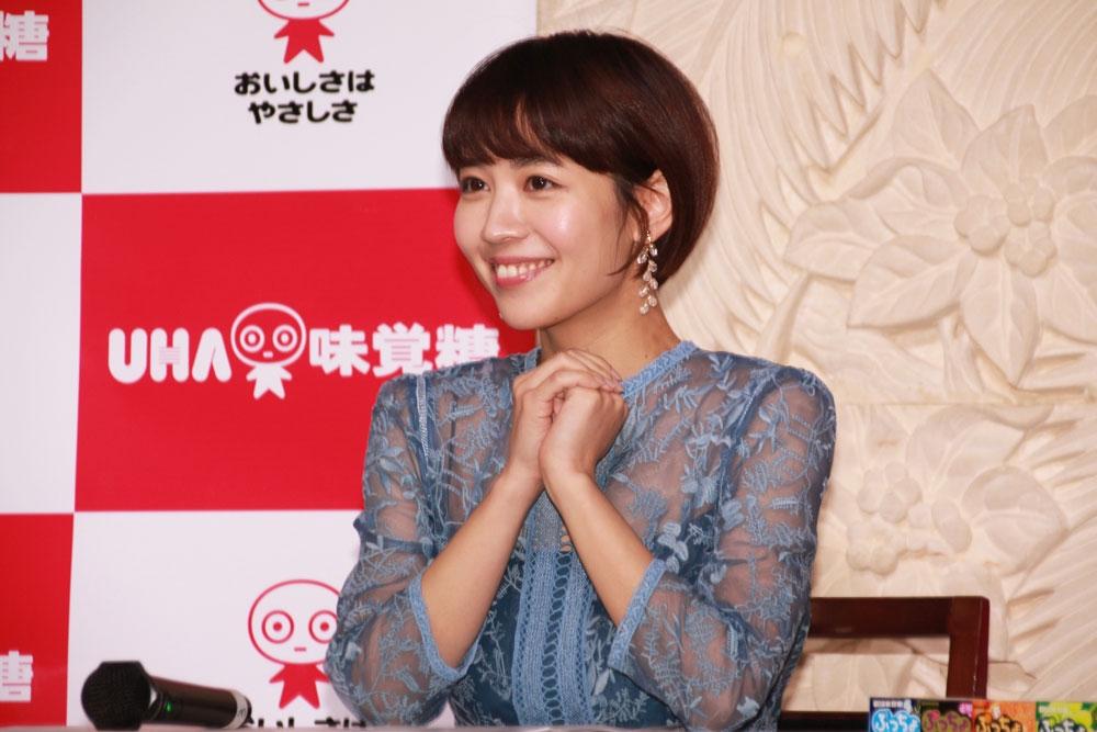 豊橋市がドラマ『陸王 』(TBS系)のロケ地となったことから、同作に仲下美咲役で出演した吉谷を招き、3月30日に発売されるBlu,ray\u0026DVDのPRも兼ねて実施された。