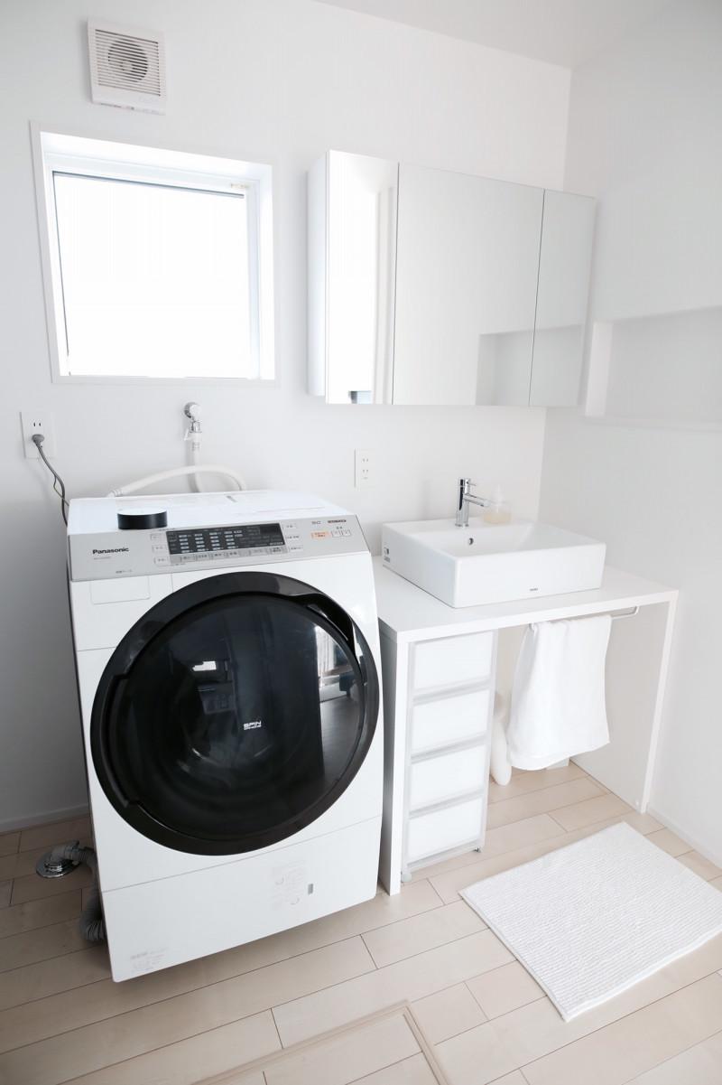 収納がたくさんある洗面台にしようか悩みましたが、それを置くだけで一気に無印っぽくなくなる。