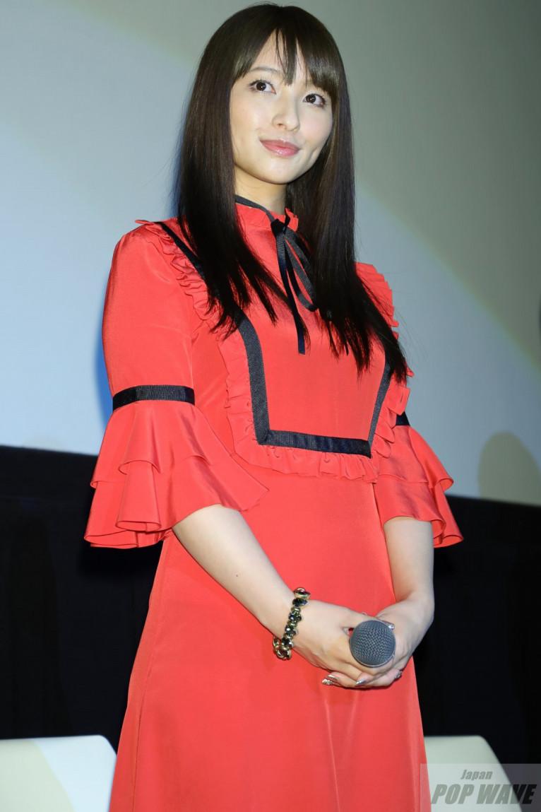 真っ赤なドレス着用の水崎綾女