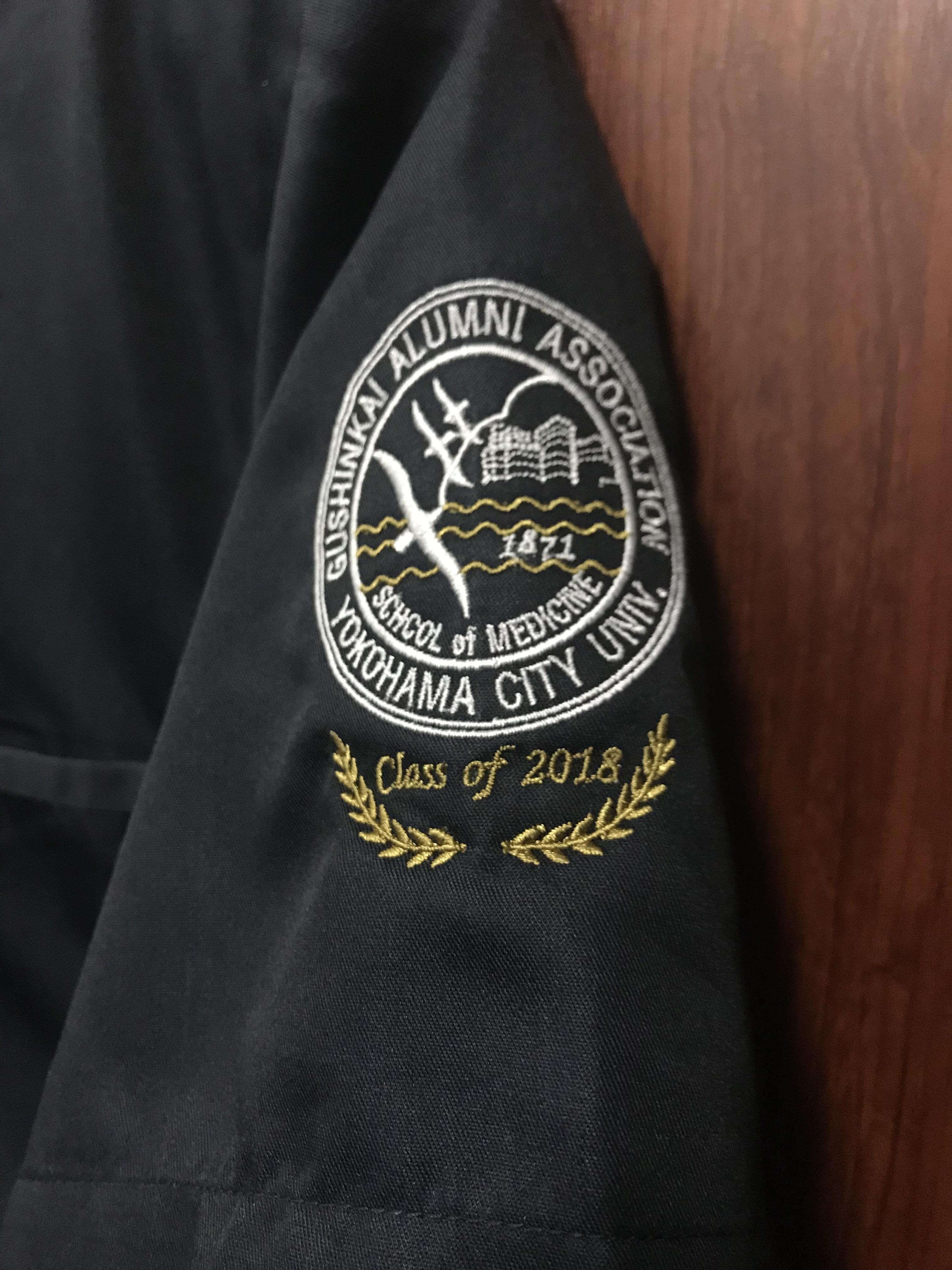 横浜市立大学医学部医学科の卒業記念のスクラブの拡大写真