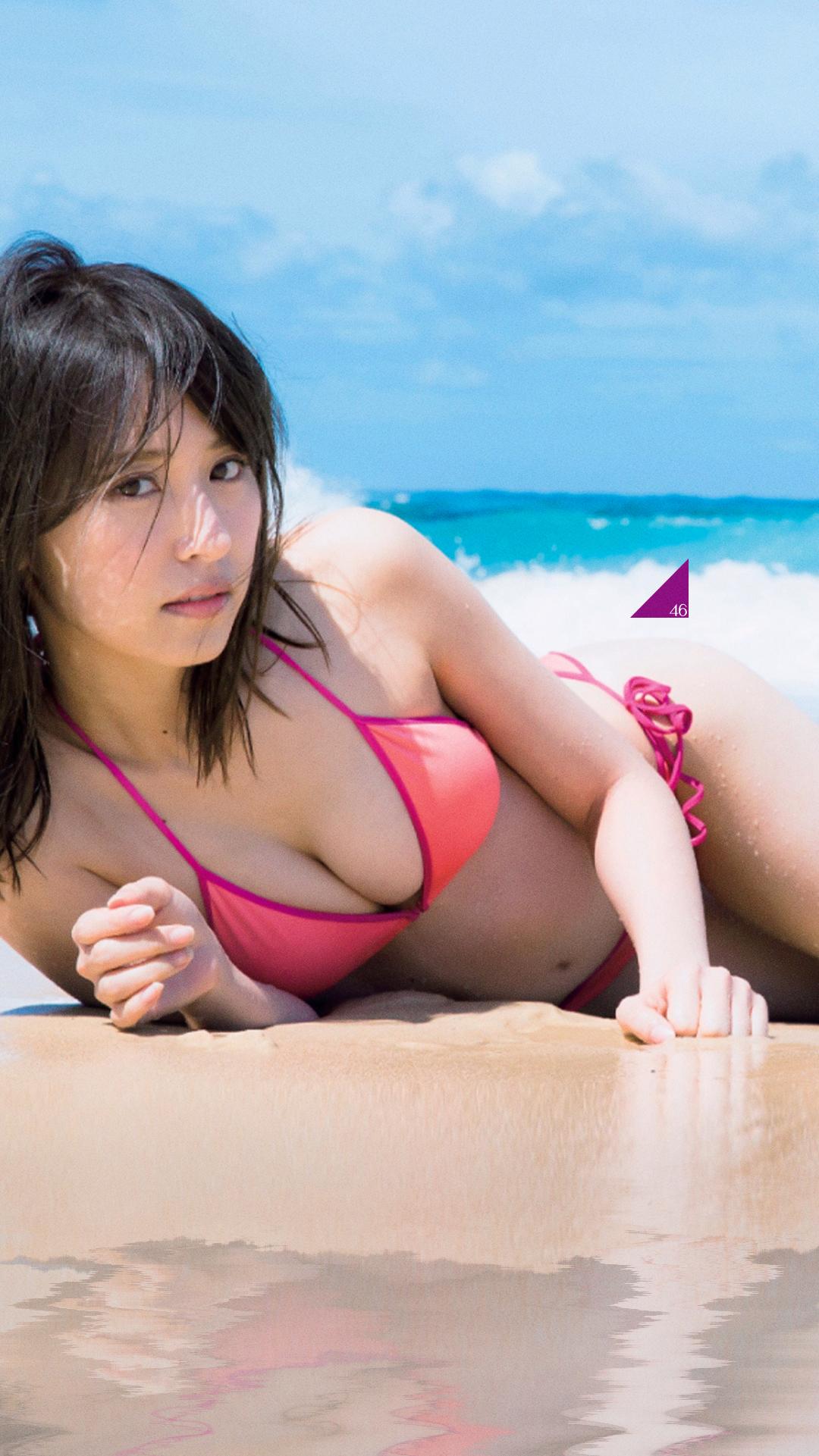 砂浜に寝転ぶ姿の衛藤美彩さん