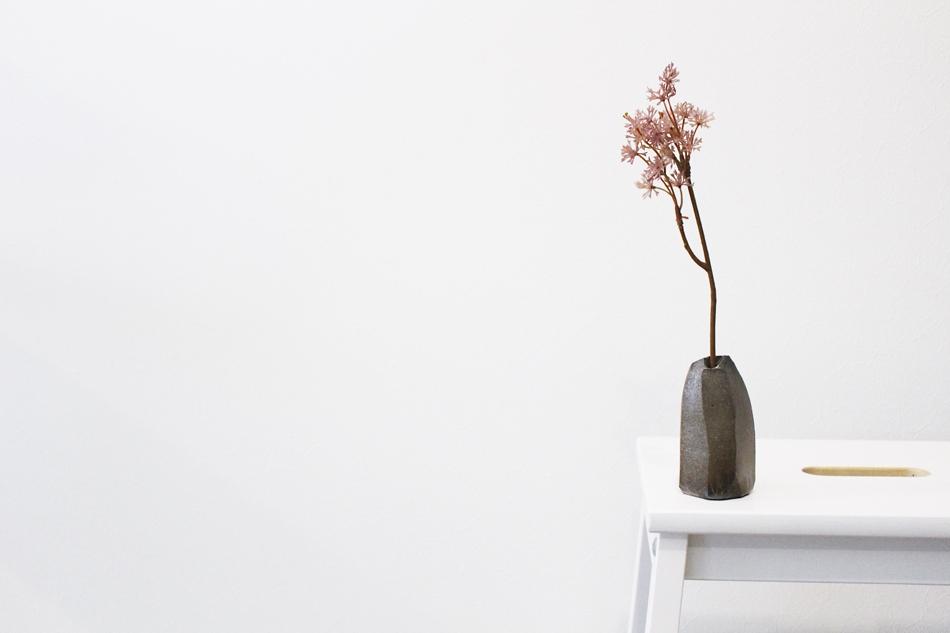 空間を美しく演出する 陶芸作家【中島知之】 一点物の一輪挿し入荷です