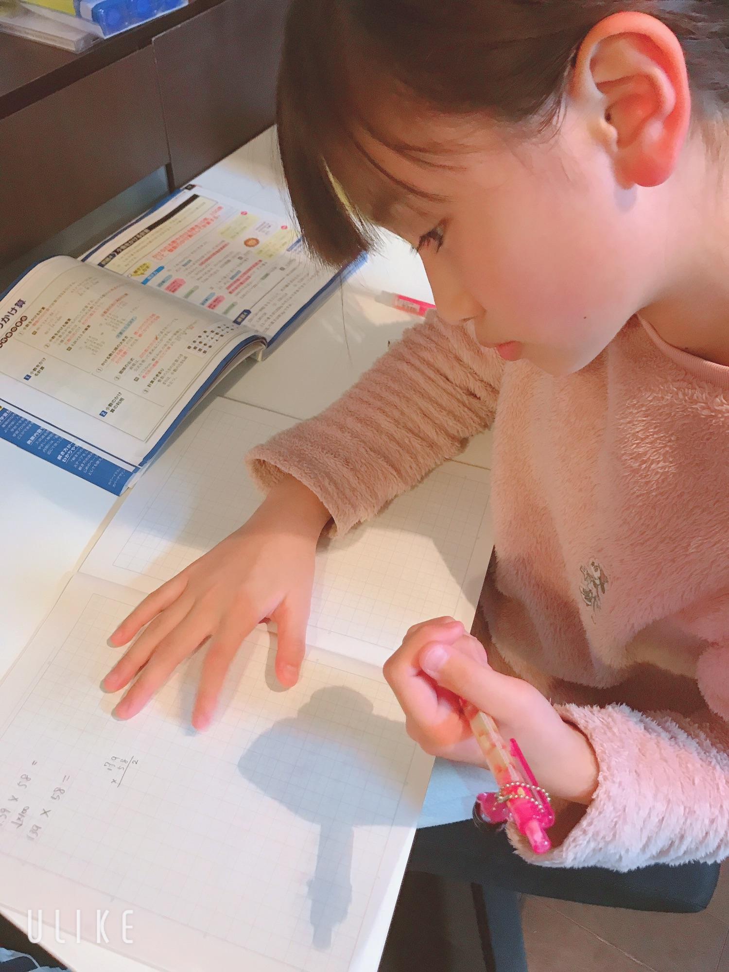 【画像】宿題をしてる女子小学生が可愛い  [309927646]->画像>31枚