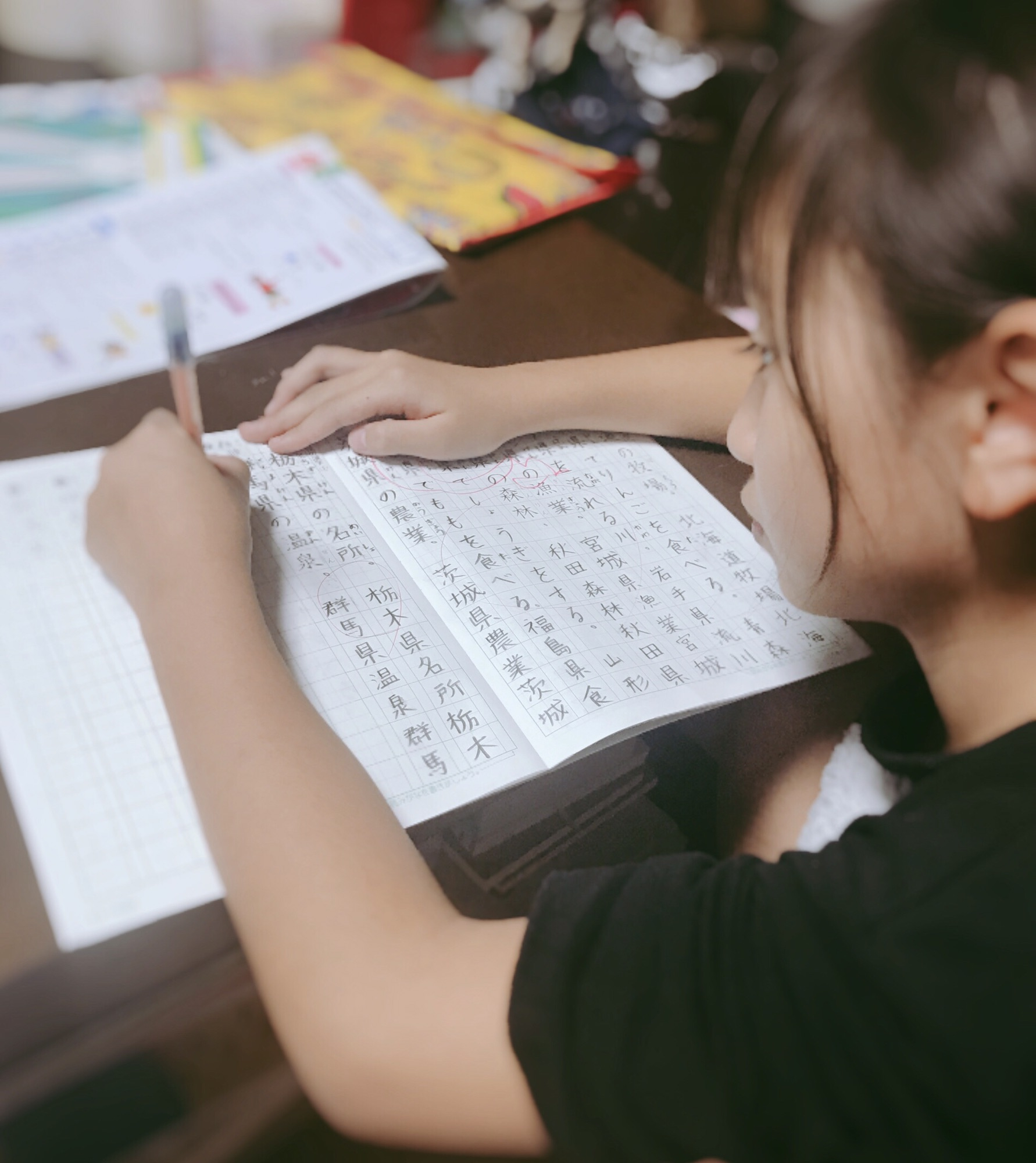 【画像】ソファで漫画を読んでるショートパンツの女子小学生の尻がエロい  [824160602]->画像>31枚
