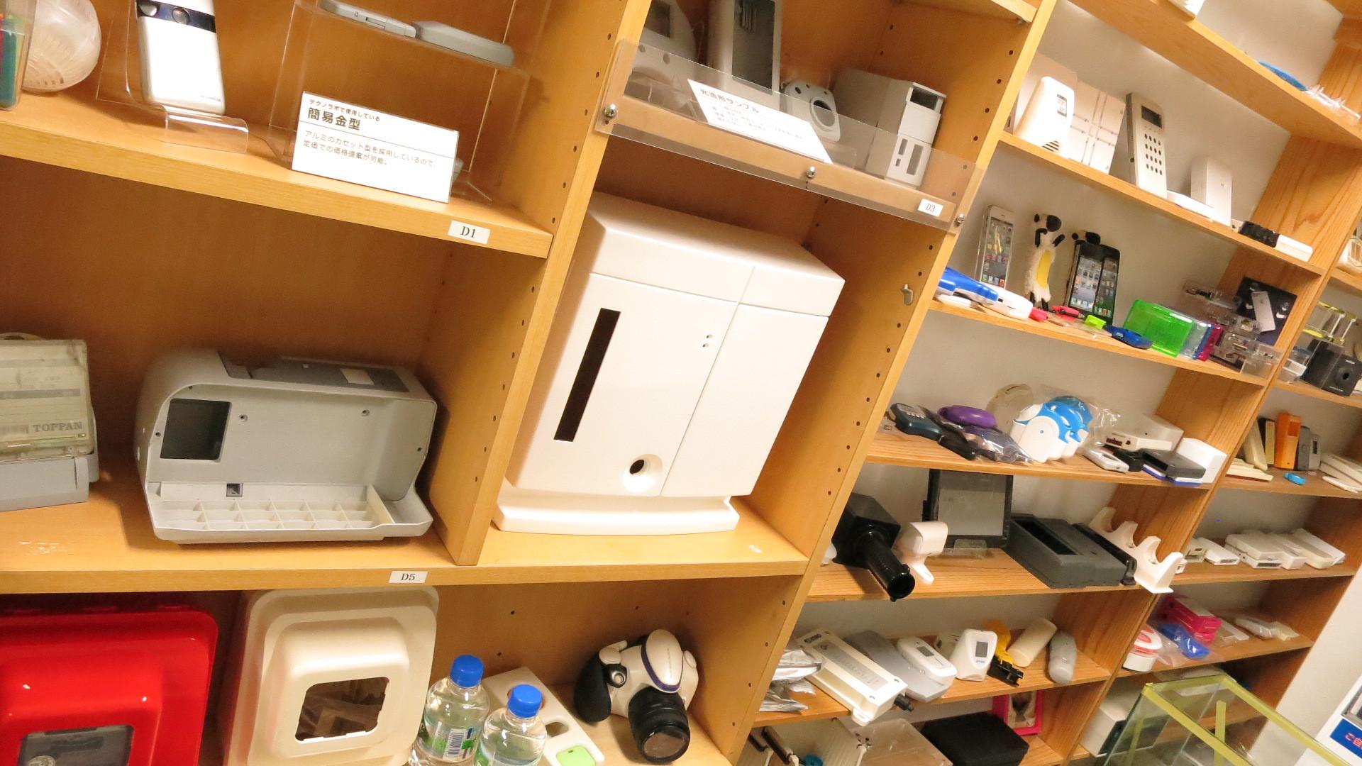 テクノラボのプラスチック製品が並ぶショールーム
