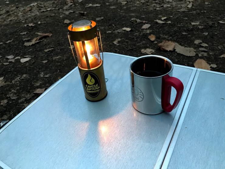 ランタンとマグカップのコーヒー