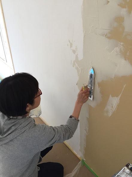 内壁の漆喰塗り作業