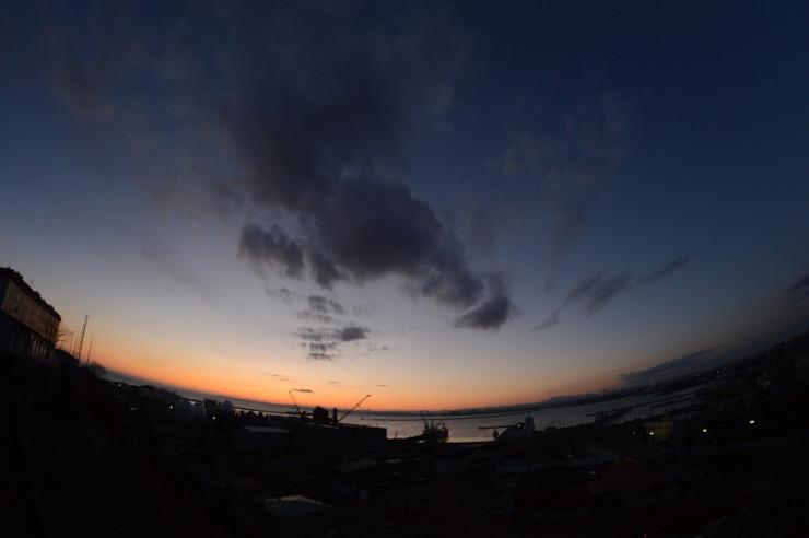 魚眼レンズで撮った夕暮れの釧路港