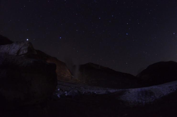 硫黄山と星空の写真
